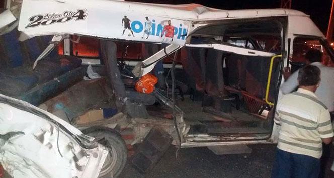 Ağrı'da zırhlı polis aracı ile minibüs çarpıştı: 2'si ağır 6 yaralı