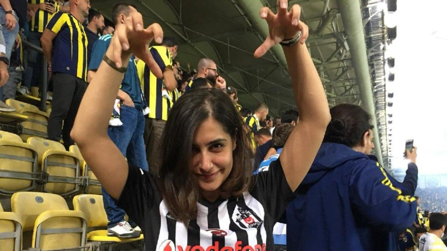 'N'aptın yenge!'… Beşiktaş formasıyla F.Bahçe tribünlerinde…