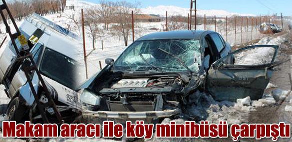 Makam aracı ile köy minibüsü çarpıştı