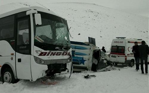 Karlıova'da trafik kazası; 1 ölü, 3 yaralı