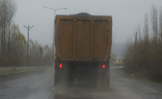Kum kamyonları tehlike saçıyor