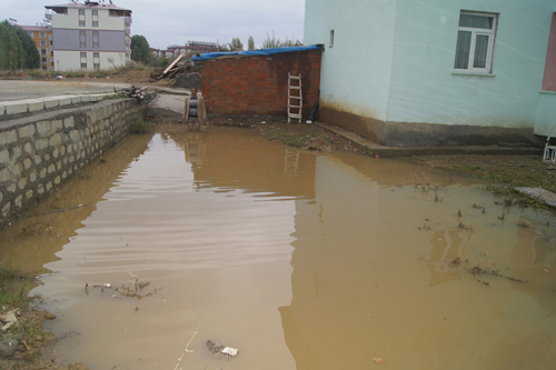 Sağnak yağış, su baskınlarına neden oldu