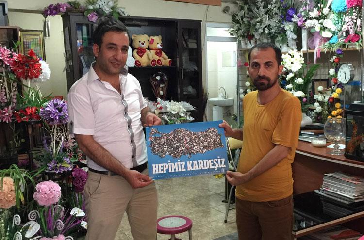 """Bingöl'de """"hepimiz kardeşiz"""" afişleri dağıtıldı"""