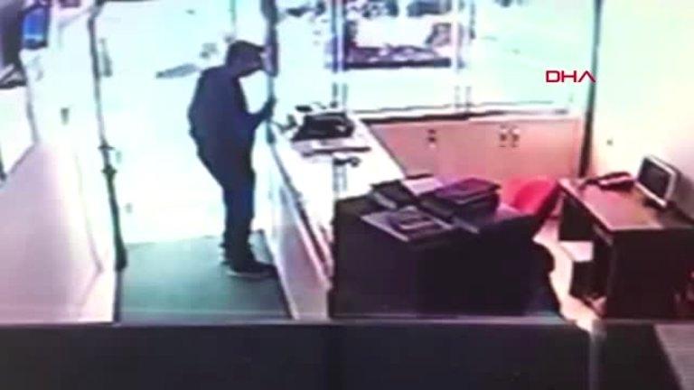 Kuyumcu Namazda Hırsız İş Başında (Videolu Haber)