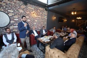 """İstanbul'da faaliyet gösteren Bin-Genç-Der'in düzenlediği kahvaltı programında konuşan AK Parti Genel Başkan Yardımcısı Cevdet Yılmaz, """"İstanbul'da ikamet eden Bingöllü hemşerilerimin Hem İstanbul'un geleceği adına hem ülkemizin geleceği adına mutlaka üst düzeyde bir destek vereceklerine inanıyorum"""" dedi. İstanbul'da faaliyet gösteren Genç İlçesi ve Çevre Köyleri Sosyal Yardımlaşma ve Kültür Derneği (Bin-Genç-Der) tarafından tertiplenen kahvaltı proğramına AK Parti Genel Başkan Yardımcısı Cevdet Yılmaz, Milletvekili Feyzi Berdibek, AK Parti Bingöl İL Başkanı Mehmet Hanefi Güler, AK Parti İstanbul İl Başkan Yardımcısı Yunus Fırat Aydın, STK temsilcileri, işadamları ile Eyüp, Gaziosmanpaşa ve Sultangazi civarlarında ikamet eden Bingöllü vatandaşlar katıldı. Sanır: """"Binali bey kazanırsa İstanbul'daki Bingöllüler kazanır"""" Programın açılış konuşmasını yapan Bin-Genç-Der Başkanı Halit Sanır, İstanbul'da AK Parti'nin kazanmasının kendi ellerini güçlendireceğini ifade edip şunları söyledi. """" İstanbul'da zaman zaman hemşerilerimiz ile bir araya gelmeye çalışıyoruz. Bugünde İstanbul'un ve ülkenin geleceği açısından çok önemli olan yerel seçimler için bir araya geldik. Ben inanıyorum ki Bingöllü hemşerilerim de bu seçimin ne kadar önemli olduğunun farkındalar. Bugün AK Parti'nin önemli kademelerinde kendilerine yer edinen hemşerilerimiz var. Onlarında memleketimize ve özellikle İstanbul'daki insanımıza katkıları yadsınamaz. Bugün onların ellerini güçlendirmek istiyorsak bu seçimde de iktidar partisine yani Binali Yıldırım'a destek olmalıyız. Sayın Binali Yıldırım kazanırsa, İstanbul'daki Bingöllüler kazanır. Elbette ki bir takım sıkıntılarımız var. Ama ben inanıyorum ki sıkıntılarımızı bugün İstanbul'da AK Parti İl Başkan Yardımcısı Sayın Yunus Fırat Aydın bey olsun, AK Parti Genel Başkan Yardımcısı Sayın Cevdet Yılmaz olsun onlar aracılığı ile en azından derdimizi anlatabileceğimiz bir mevki var. Bu mevkinin dahada güçlenmesini istiyorsak önümüzdeki günlerde yapılacak seçimle"""