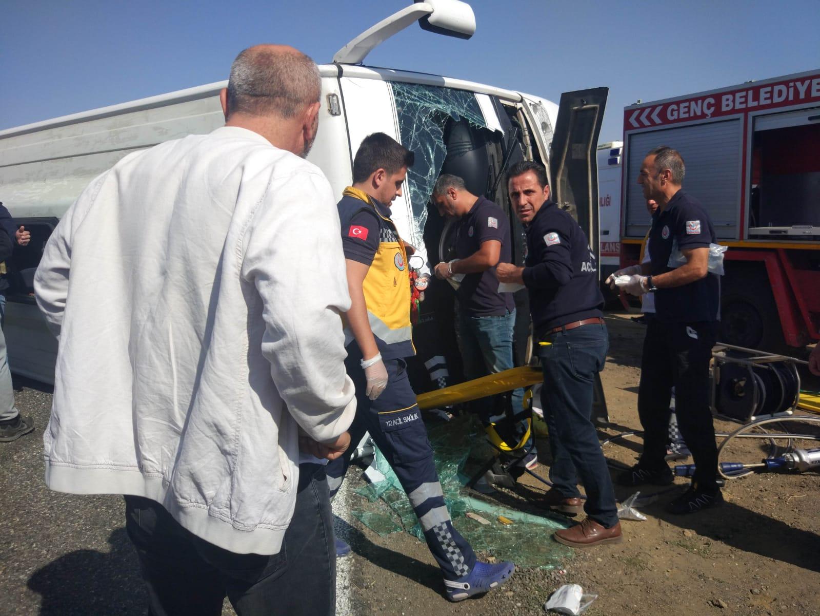 Midibüs devrildi 5'i ağır 20 yaralı