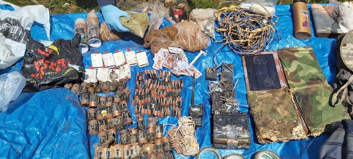 PKK'lı teröristlere ait malzemeler ele geçirildi