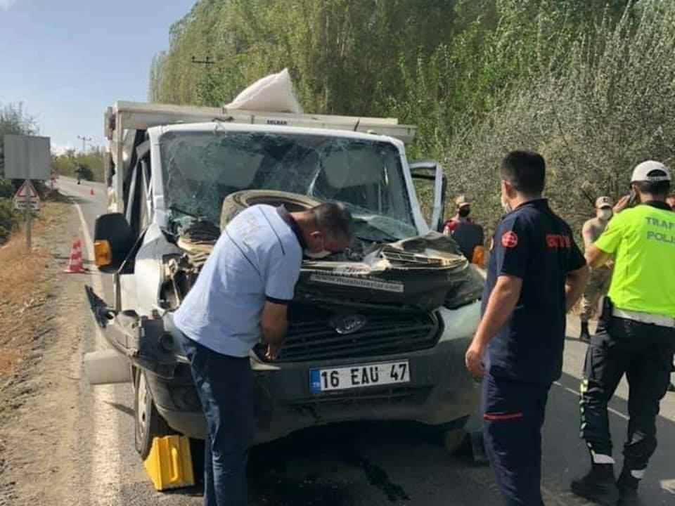 Kamyonet, hafriyat kamyonuna çarptı: 2 yaralı