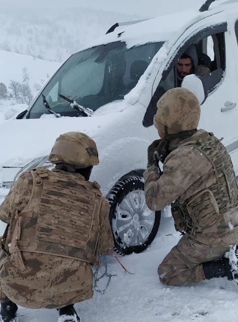Sürücülerin yardımına Jandarma yetişti
