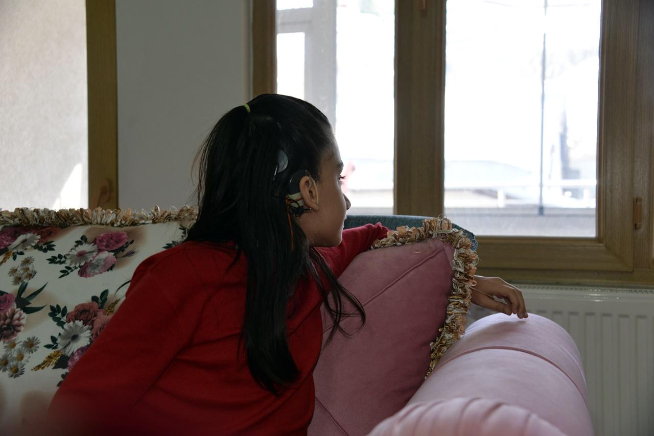 Günü pencere kenarında geçen Yeliz'in tek hayali, akülü sandalye