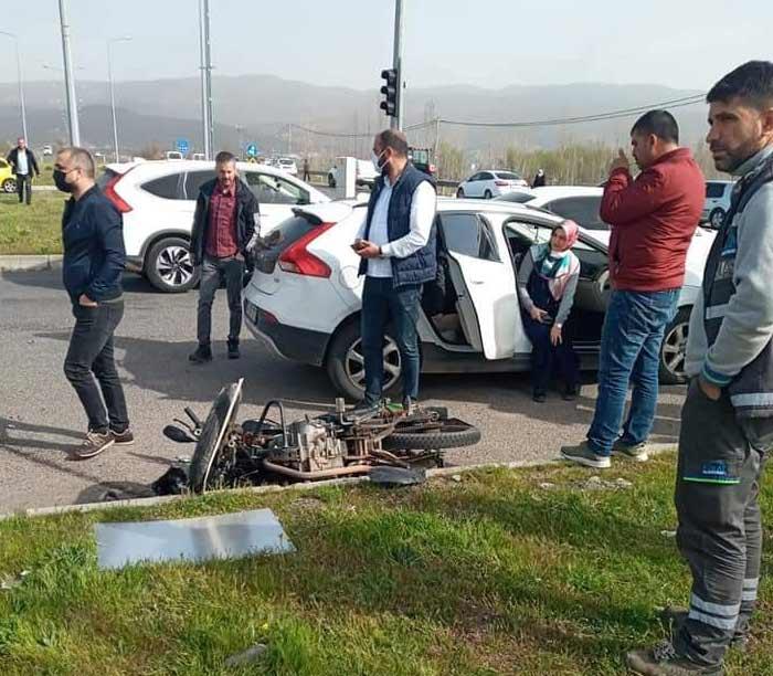 Otomobilin çarptığı motosiklet sürücüsü hayatını kaybetti.